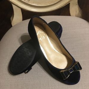 Never worn velvet flats. Perfect Holiday shoes!